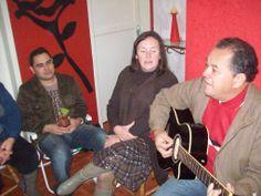 Amigos em reunión de la adoración en mi casa