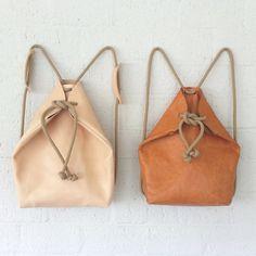 Nude minimal sac à dos Ce sac est fait de cuir brut non teinte et s'assombrit quand exposé à la lumière du soleil, l'air et l'utilisation. Il s'agit d'un processus en cours qui donnera le cuir un aspect vieilli. La corde est douce. S'adapte à un Mac de 13. Particularité: en ajustant