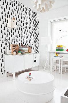 Pokój córeczki zdobi tapeta z choinkami od Fine Little Day. Warto zwrócić uwagę na budkę lęgową, powieszoną wysoko na ścianie. W rogu pokoju stanęła lampa IKEA.