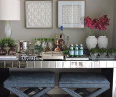 Mesa bar moderna com todos os objetos da Camélia | Aproveite nosso frete grátis durante o mês de setembro | www.cameliadecor.com.br