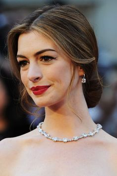 Simple chignon hair style worn by 2011 Academy Awards host Anne Hathaway. Classy Hairstyles, Vintage Hairstyles, Wedding Hairstyles, Vintage Updo, Bridesmaid Hairstyles, Classy Updo Hairstyles, Oscar 2011, Lose Updo, Anne Hathaway Hair