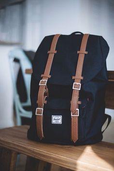 Ideaal voor school of het dagelijks leven. Een prachtige zwarte Herschel rugzak | Ideal for school or daily needs, a beautiful black leather Herschel backpack