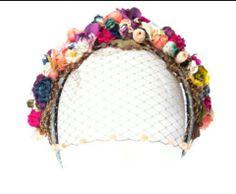 Precioso tocado Look Fashion, Diy Fashion, Fashion Jewelry, Blitz, Floral Headbands, Diy Hair Accessories, Tiaras And Crowns, Hair Ornaments, Fascinators