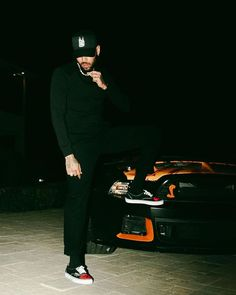 Chris Brown Photoshoot, Chris Brown Outfits, Chris Brown Wallpaper, Breezy Chris Brown, Chris Brown Pictures, Casual Outfits, Men Casual, Orange Aesthetic, Beautiful Arabic Words