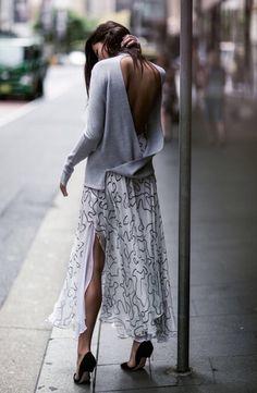 Foto de street style de look com saia midi, blusa com decote nas costas e salto
