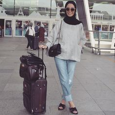 Very comfy travel wear 😎 Luggage Muslim Women Fashion, Modest Fashion, Girl Fashion, Fashion Outfits, Hijab Style Tutorial, Travel Wear, Travel Style, Casual Hijab Outfit, Hijab Fashion Inspiration