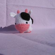 Petite vache réalisée au crochet / peluche, porte-clés ou bijou de sac http://www.alittlemarket.com/boutique/mary_land-1006781.html