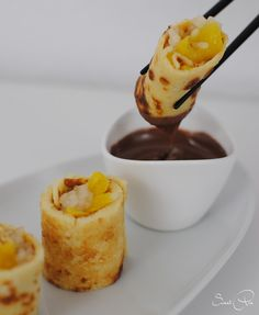 süße Sushi Röllchen {Koköstlichkeiten} - SweetPie Finger Food Desserts, Asian Desserts, Fun Desserts, Dessert Sushi, Beignets, Sweet Recipes, Cake Recipes, Sweet Sushi, Low Carb Burger