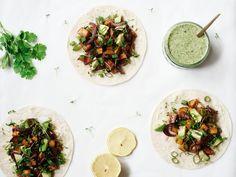Het recept voor heerlijke zoete aardappel tacos met miso & koriander/kokossaus op 88 Food. Je maakt de tacos simpel en snel en ze smaken echt super!