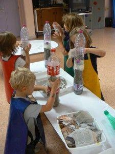 A l'école maternelle Viala, à Lyon 3, les enfants de Grande section ont fabriqué un arbre à partir de bouteilles en plastique et de papier journal. Après avoir attachées entre elles les bouteilles avec du ruban adhésif, les enfants les ont recouvertes...