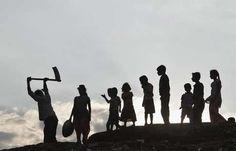 Silhuetas de crianças junto de um trabalhador às margens do Rio Ganges. Centenas de crianças traficados e escravizados foram resgatados pela polícia durante uma série de inspeções na cidade de Hyderabad Foto: Jitendra Prakash / Reuters