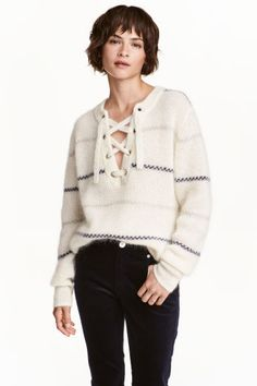Jersey en mezcla de mohair: ALTA CALIDAD. Jersey de rayas en punto suave de mezcla de lana merino y mohair. Modelo con cuello de pico con lazada, mangas largas y aberturas laterales. Espalda ligeramente más larga.