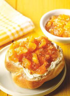 Ein knuspriger Brotaufstrich mit Aprikosen, Birnen und Krokant zum Brunch