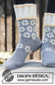 Winter daisies / DROPS - free knitting patterns by DROPS design Winter daisies / DROPS - free knitting patterns by DROPS design Record of Knitting Wool spinning, weaving and stit. Knitting Wool, Fair Isle Knitting, Knitting Socks, Free Knitting, Knit Socks, Easy Knitting Patterns, Lace Patterns, Knitting Projects, Knitted Socks Free Pattern