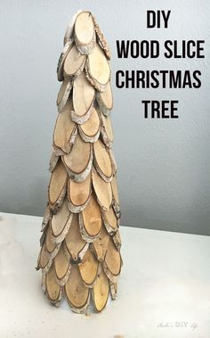 You NEED this for your Farmhouse Christmas decor! Wood Slice christmas decoration idea #diychristmasdecor #christmascraftidea #diydecorinspiration