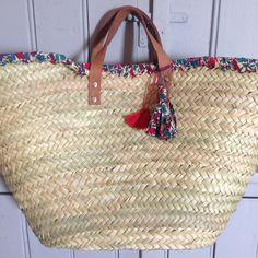 Panier en paille décoré de Liberty et accessoirisé de pompons : Autres sacs par namche-bazar