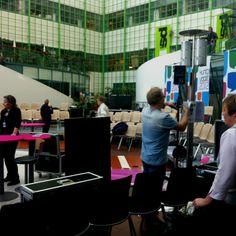 Vaikka vaali-illan lähetyksen ovat siirtyneen Musiikkitaloon pidetään vaalitilaisuuksia edelleen Isossa Pajassa. Kuvassa rakennetaan lavasteita Kuntavaalien keskustelua varten.