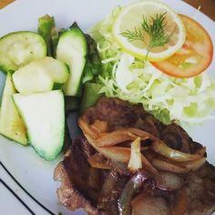 薄切り肉は手に入らないので、生姜焼きはもっぱらステーキスタイルに。 たくさんの野菜とともに🖕🖕 #mat #food #cooking #hjemmelaget #svin #kjøtt #middag #dinner #夕食 #ワンプレート #夏野菜 #squash #asparagus #nykål #生姜焼き #肉 #pork #gingerpork #ginger #homemadedinner #簡単