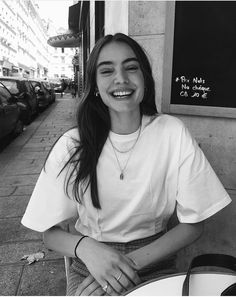 At you will find inspiration for poses and places where . Aesthetic Photo, Aesthetic Girl, Aesthetic People, Photographie Portrait Inspiration, Photo Portrait, Foto Casual, Black And White Aesthetic, Black And White Girl, Insta Pictures