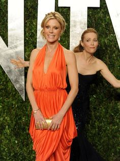 """""""Modern Family's"""" Julie Bowen got photobombed by Leslie Mann upon arriving at the VF party."""