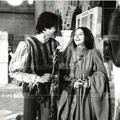 British actors Olivia Hussey and Leonard Whiting join hands in 'Romeo and Juliet'. Romeo And Juliet Costumes, Film Romeo And Juliet, Juliet Movie, Leonard Whiting, Romance Film, Drama Film, William Shakespeare, Zeffirelli Romeo And Juliet, Royal Marriage