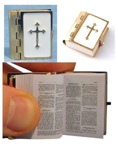 Bibel heilige Schrift bedruckte Seiten Metalleinband Puppenhaus Puppenstube