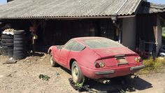 What a find a Ferrari 365 Daytona The only street version of just five lightweight Alloy Daytonas ever built. Red Sports Car, Sport Cars, Car Barn, New Ferrari, Abandoned Cars, Abandoned Vehicles, Rusty Cars, Old Classic Cars, Lifted Ford Trucks