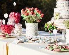 Añádele un toque dulzón a tu boda con un rincón de dulces y golosinas como este. #BarcelóWeddings // Add a sugary touch to your wedding with a special place full of sweets like this.