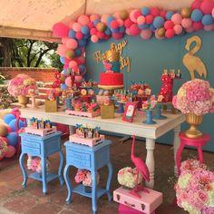 Festa Flamingo: 90 fotos + tutoriais para uma comemoração incrível Flamingo Birthday, Luau Birthday, Flamingo Party, Happy Birthday Parties, Pink Parties, Pool Party Themes, Pool Party Decorations, Luau Party, Baby Shower Decorations