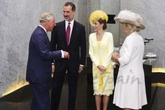 La reina Letizia ha vuelto a confiar en Felipe Varela para su primer look en Reino Unido. Doña Letizia ha desafiado a la mala suerte con un vestido de seda amarillo con detalle de encaje blanco en el bajo, combinado con un abrigo de tweed en amarillo pastel, también con detalles de encaje a juego.     Los Reyes junto a Sus Altezas Reales el Príncipe de Gales y la Duquesa de Cornualles - Casa S.M. El Rey