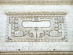 Cacería Tipográfica N° 327: AÑO 1952 tallado en uno de los ingresos al Banco de Crédito del Perú ubicado en la esquina de las calles Jerusalén y Morán en el Centro Histórico de Arequipa.