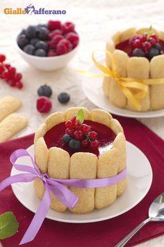 Le minicharlotte con crema diplomatica e frutti di bosco sono dei dolcetti monoporzione rivestiti di biscotti. Qui la #ricetta #GialloZafferano: http://ricette.giallozafferano.it/Minicharlotte-con-crema-diplomatica-e-frutti-di-bosco.html #italianfood #italianrecipe