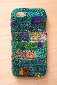 手つむぎの毛糸を使ったiPhoneケースです。販売中の見習い魔女のプチボムいう糸を使って編みました。 キッドモヘア入りで手触りがつるつるです。サイズは5/5s...|ハンドメイド、手作り、手仕事品の通販・販売・購入ならCreema。
