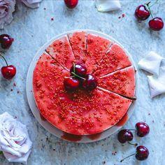 """Рецепт - Сыроедческий вишнево-кокосовый чизкейк с клубнично-ревеневой """"глазурью"""