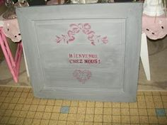 pochoirs placards | Porte de placard relookée gris avec pochoir noeuds et coeurs