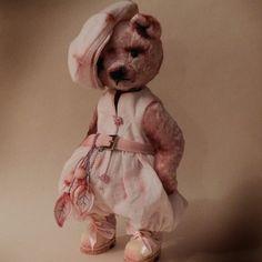 Новенькая. Зефирка)))) долго ждала наряд, так как захотела нарядиться в монохром,  а розовых тпяпочек у меня практически нет)))) дождалась............. #мишка #розовый#зефир#крыжовник#ботинки #всякаямелочевка #пуговки #кепка #комбинезон#моимишки #красота#люблюнемогу