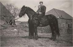 Vroeger als kind had zijn vader een aantal melkkoeien, kippen, varkens maar ook een Fries paard. Hier zie je hem samen met zijn vader op het paard zitten.