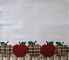 PANO DE PRATO Applique Towels, Applique Quilts, Mug Rug Patterns, Applique Patterns, Sewing Crafts, Sewing Projects, Envelope Tutorial, Sewing Appliques, Vintage Crafts