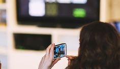 Un estudio muestra que 8 de cada 10 españoles usamos el móvil mientras vemos la televisión en detrimento del tablet, además de reflejar otros...