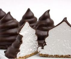 (Por Soy Gourmet)             1 paquete de galletitas marías  1 docena de claras de huevo  250 gramos de chocolate para derretir a baño mar...