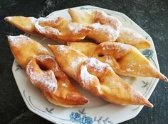Minciunele sau uscatele fragede si pufoase Quick Recipes, Quick Easy Meals, Romanian Food, Romanian Recipes, Doughnuts, Chicken Wings, Gem, French Toast, Deserts