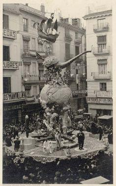 Falla con bola del mundo en el centro coronada por una pipa y una carabela com remate en la plaza de la Merced, 1943
