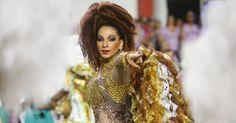 A rainha da bateria Aline Oliveira desfila na Mocidade Alegre