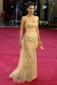 Halle Berry once again looked fabulous in her gold Elie Saab dress. Berry had asked Elie Saab to add more tulle to her gown because, 'she thought it was too transparent,' let slip a Saab spokesperson. Vestidos Elie Saab, Vestidos Oscar, Elie Saab Dresses, Bond Girls, Marie Claire, Halle Berry Oscar, Elie Saab Kleider, Halle Berry Style, Best Oscar Dresses