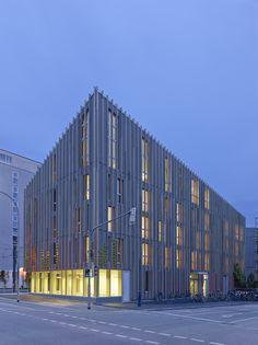 """Construido por Barkow Leibinger en Freiburg, Germany con fecha 2013. Imagenes por Ina Reinecke. Diseño Urbano / Concepto de Diseño El Edificio M1 marca la puerta al barrio de Vauban de Friburgo - una """"ciudad verd..."""