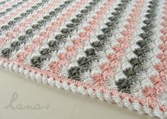 (Made by: Chichi) Crochet * Stash-buster My aunt made this pretty blanket for a baby girl. Mi tía hizo esta linda manta para...