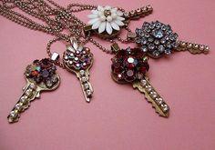 Llaves decoradas con cristales y abalorios