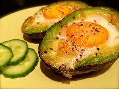 Vegetarischer Snack: Avocado mit Ei im Ofen gebacken