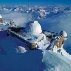 FRANCE - le pic du Midi de Bigorre Parmi les cimes des Pyrénées, l'observatoire du pic du Midi de Bigorre est perché à 2 877 m d'altitude. Vus du téléphérique qui assure la liaison depuis la station de sports d'hiver de la Mongie, son émetteur radio et son télescope resplendissants sous le soleil semblent sortir tout droit d'un James Bond, ou encore de La guerre des étoiles.