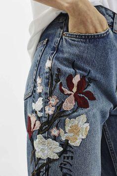 Het is op dit moment een grote trend: vrolijke borduursels op jeans. #denim #jeans #borduursels #embroided #dames
